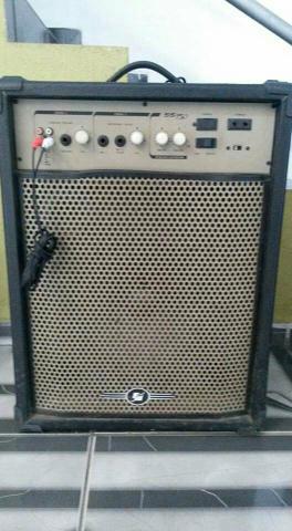 Caixa amplificada de 300 watts de potência em perfeito