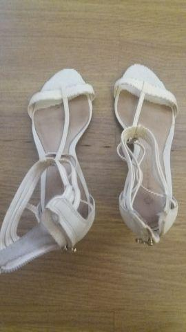 2 pares de sapatos de número 35