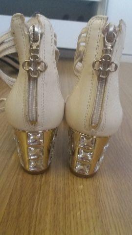 Par de sapatos quase novos de número 35