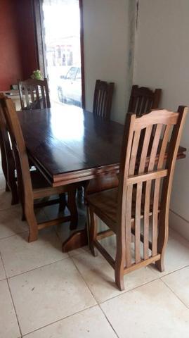 Belíssima Mesa em madeira de lei