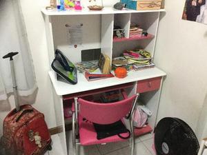 Escrivaninha com cadeira rosa de rodinhas