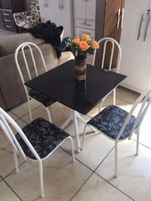 Mesa com 4 cadeiras Linda