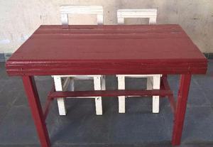 Mesa de Madeira com duas cadeiras todas em madeira maciça