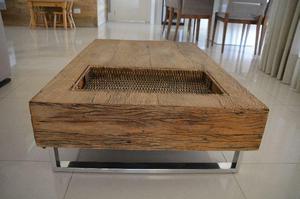 Mesa de centro em madeira de demolição com pés em ferro