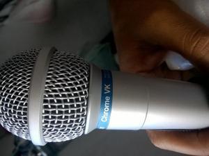 Microfone, pedestal e pedal