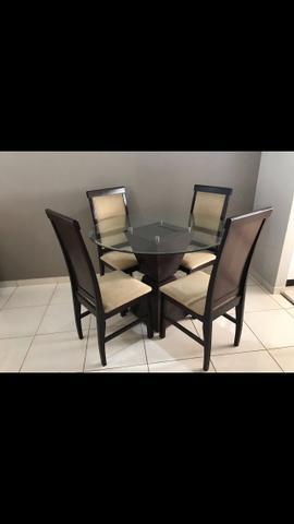 Mesa com 4 cadeiras estofadas (Prima Línea)