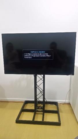 Pedestal para TV em box truss Q15