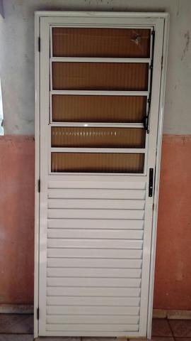 Vendo porta basculante e janela com grade.