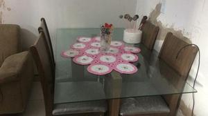 Mesa de 4 cadeiras com tampo de vidro