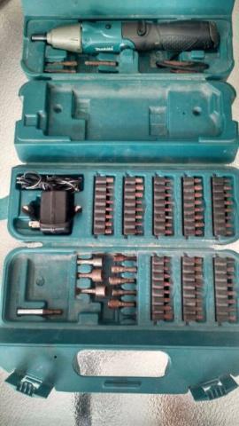 Parafusadeira Makita Bateria, Carregador e 80 Acessórios