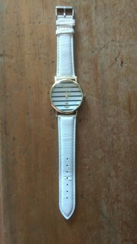 Relógio lindo e nunca usado.