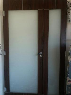 Vende se uma porta com vidro no meio