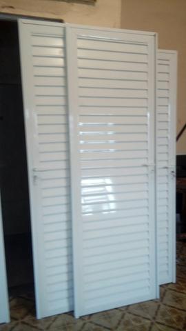 Portas e janelas de alumínio branco ou brilho