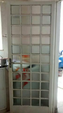 2 janelas. 1 porta. 1 basculante sazazaki