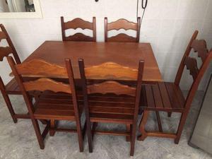 Mesa e cadeiras de madeira maciça
