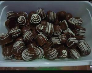 Trufinhas e pirulitos de chocolates.