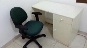 Cadeira giratória e escrivaninha R$
