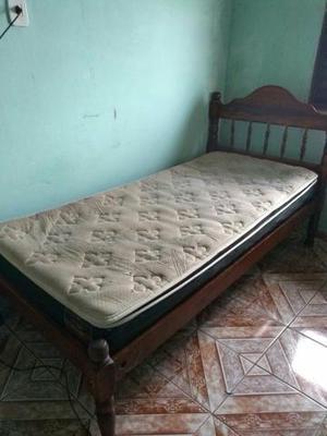 Cama de madeira c colchao macio muito bom p dormir