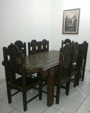 Mesa de madeira maciça com 8 cadeiras e arca