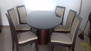 Uma Linda Mesa de Madeira com seis cadeiras