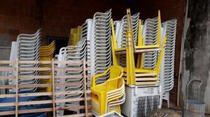 Mesas e cadeiras plásticas