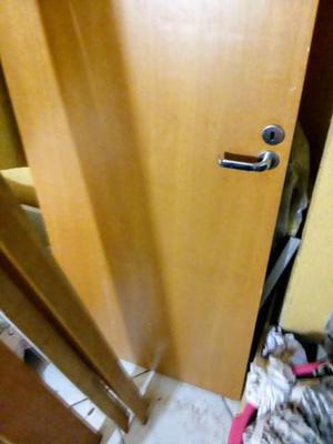 Porta de madeira com portal frisos