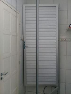Bela porta de alumínio nova foi usada com perciana