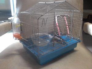 Uma gaiola de hamster completa/usada