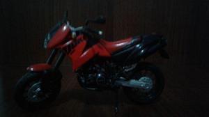 Miniatura de moto austríaca KTM Duke