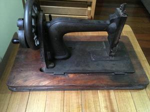 Máquina de Costura Antiga a manivela com base de madeira