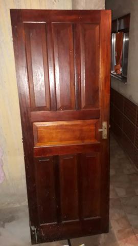 Porta de madeira envernizada muito boa
