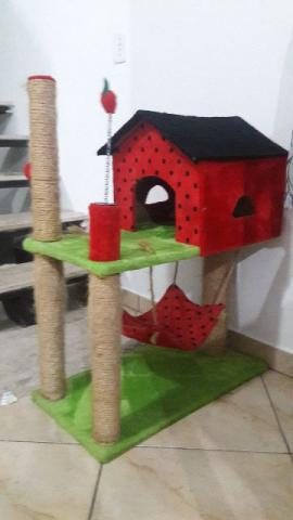 Casa com arranhador e rede para Gatos
