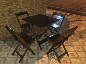 Jogo de mesa de madeira dobravel, com 4 cadeiras também
