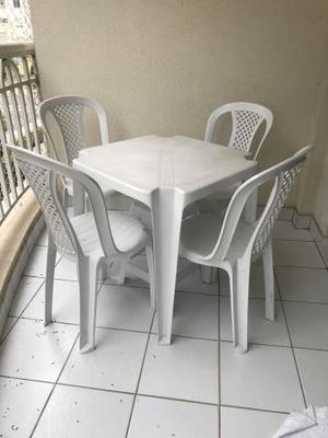 Conjunto mesa + 4 cadeiras de plástico