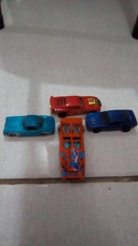 4 carrinhos hotwheels