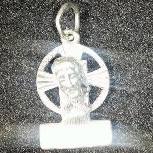 7dea340954b00 Pingente de prata com o rosto de jesus cristo em alto relevo