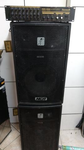 Mesa de som amplificada e caixas nca