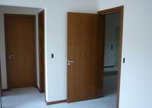 Marceneiro e carpinteiro instalador de portas de madeira
