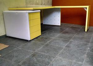 Mesa para escritório L Presidente amarelo Ferrari e cadeira