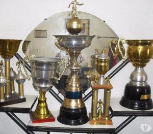 Vendo ou Troco [5 Troféus de Futebol] aceito Instr. Musical