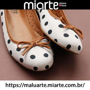 Loja de venda uma grande variedade de sapatos femininos