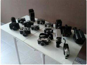 Coleção de máquinas fotográficas antigas com acessórios