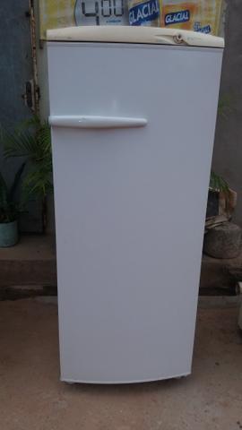 Vende uma geladeira no bairro vila Luizão