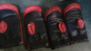 Saco de boxe com luvas