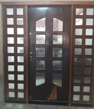 Duas portas usadas de madeira