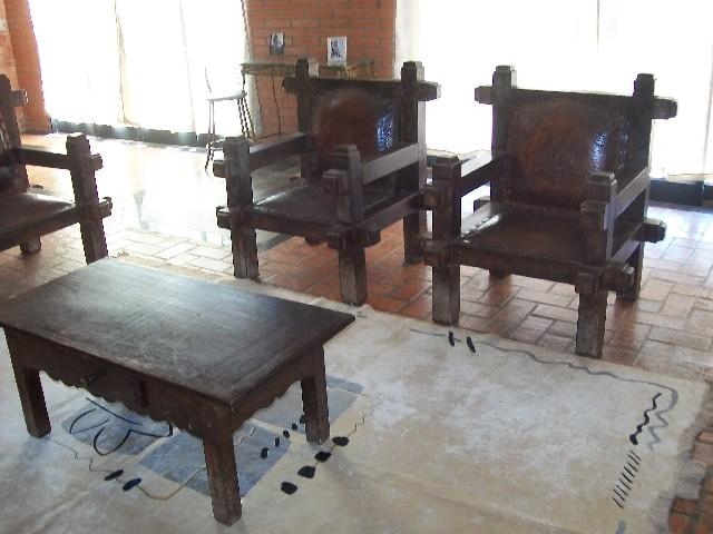 Vendo sofá de madeira rÚstico com couro