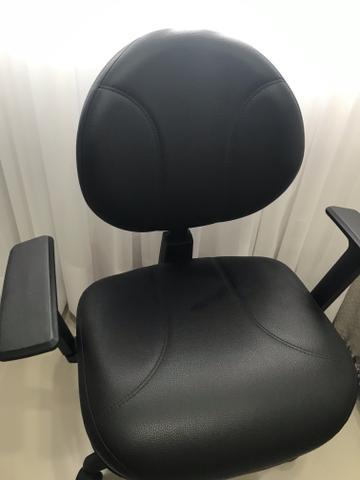 Cadeira Escritorio Giratoria ergonomica semi-nova