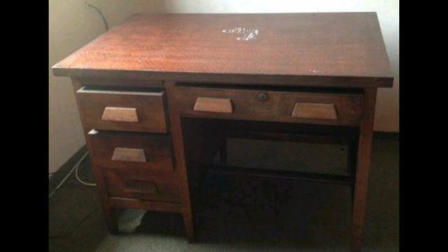 Escrivaninha antiga em madeira maciça