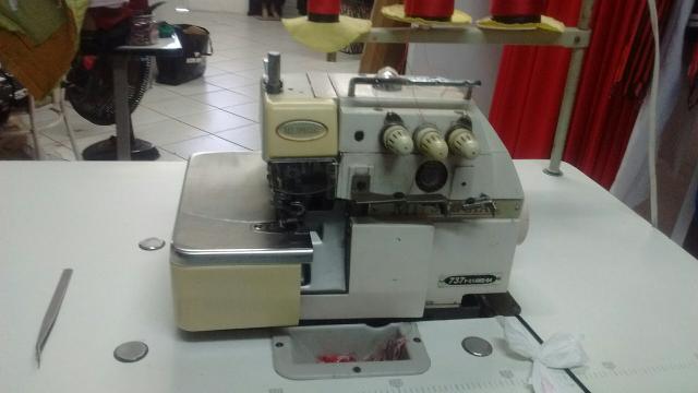Máquina de costura reta e máquina overlook