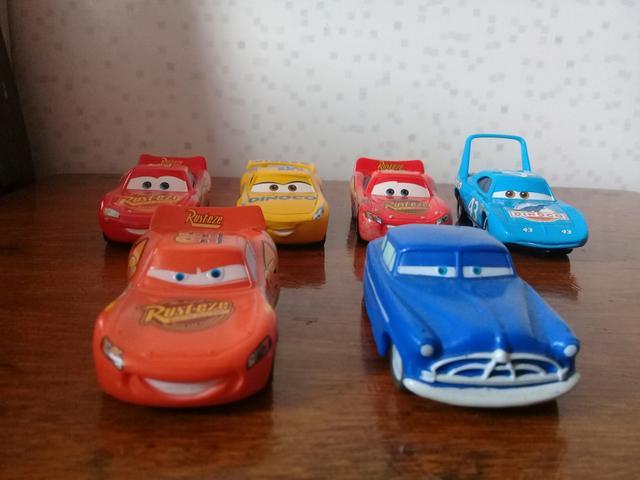 Carros disney. 6 carros. 4 de matal e 2 de plastico